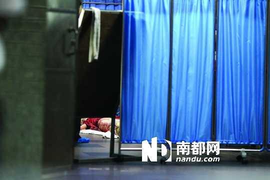 据民警核实,死者叫王芳,24岁,是位于大厦一至四楼的鹏程医院实习护士。王子荣摄