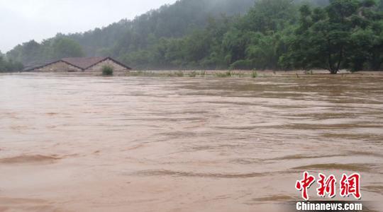5月16日凌晨,上犹县公安消防大队接到报警称,县城滨江村赛下组和油石乡塘角村发生山洪,部分村民被洪水围困。 黎隆 摄