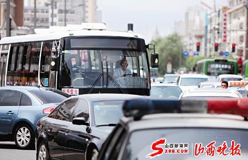 在省城双塔寺街,各类机动车挤作一堆