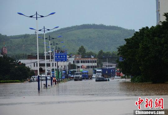 暴雨袭南粤 村庄成泽国