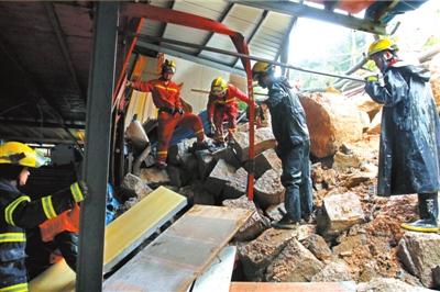 5月16日,消防官兵在山体滑坡事故现场救援。新华社发