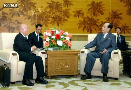 5月16日,朝鲜最高人民会议常任委员会委员长金永南在万寿台议事堂会见饭岛勋一行。