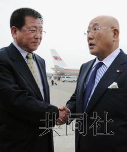 5月14日,日本内阁官房参事饭岛勋(右)抵达平壤,在机场与前来迎接的朝鲜外务省亚洲局副局长金哲虎握手。