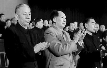 刘少奇和毛泽东、周恩来等人在一起(资料图)