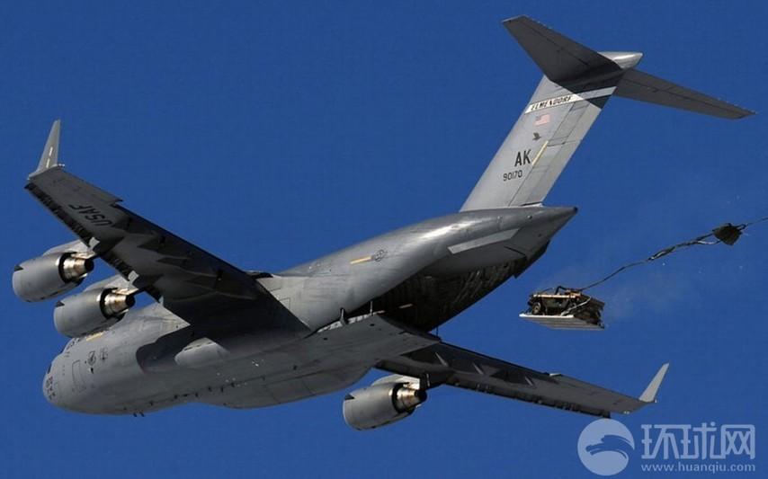 �:c_高清:美军冰天雪地里c17低空投特种伞兵(组图)