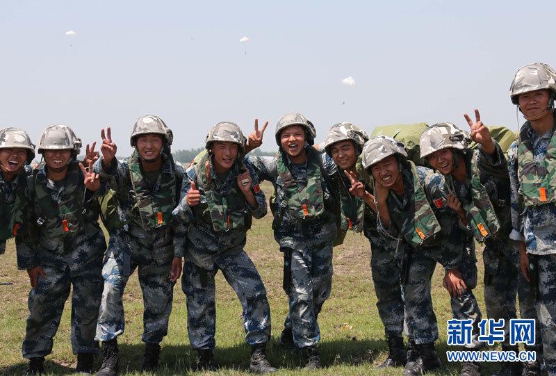 高清:实拍解放军千名空降兵学员高空跳伞(组图)图片