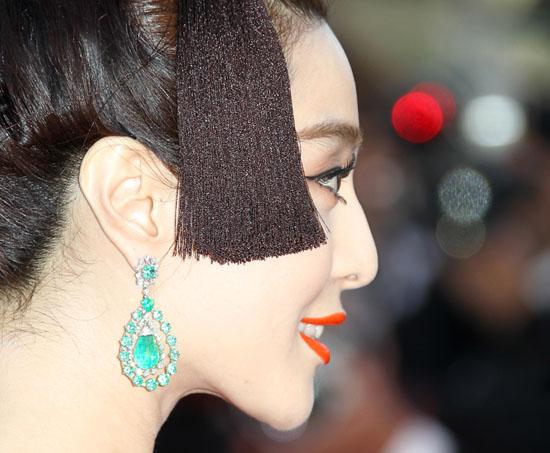 之前还是复古的妆容,那么这一身则是复古到了中国古代唐王朝.图片