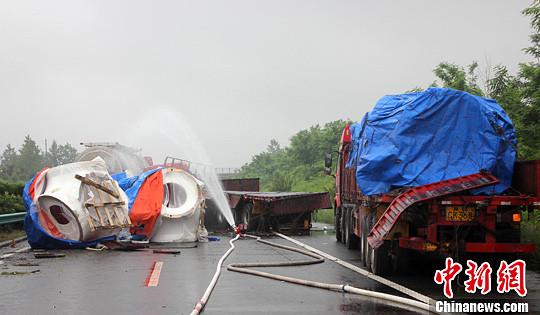 5月16日下午,安徽合六叶高速公路上行线690公里处发生四车连环追尾致一辆32吨槽罐车泄露交通事故,事故同时造成10余名人员被困。图为事故现场。中新社发 张娅子 摄