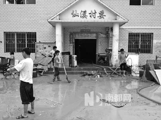 昨日,在从化仙溪村委会,村民们正在搞卫生。 南都记者 张昊 摄