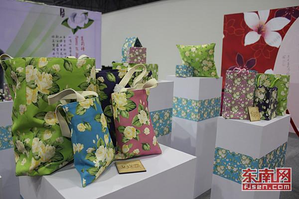 采用台湾客家花布手工制作的桐花天灯饰品