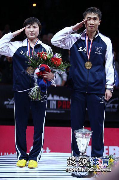 图文:世乒赛朝鲜组合混双夺冠 颁奖仪式瞬间