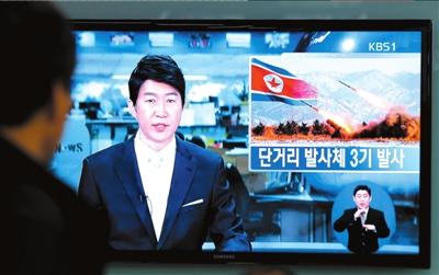 原文配图:韩国首尔一名男子在地铁站收看韩国报道朝鲜发射导弹的电视新闻。