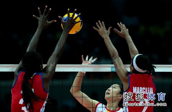图文:中国女排3-1古巴夺冠 古巴队网上有优势
