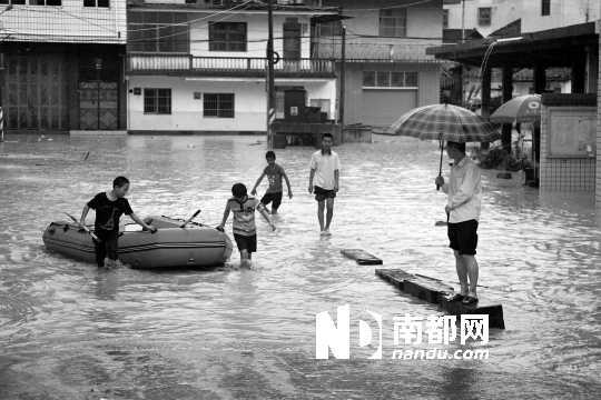 蕉岭广福镇,几个孩子拖着橡皮艇,准备接送路人过街。