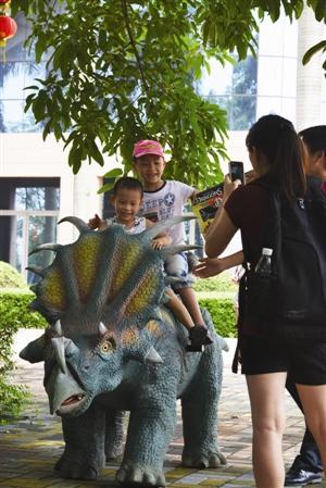 到番禺博物馆看高仿真恐龙