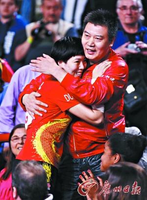夺冠之后,李晓霞第一时间与教练李隼拥抱庆祝夺冠。 新华社 发