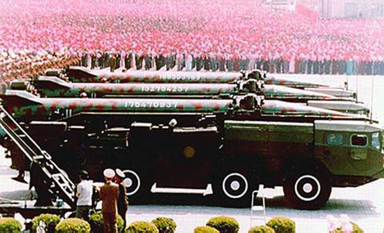 """朝鲜阅兵中公开亮相的""""飞毛腿""""导弹。"""