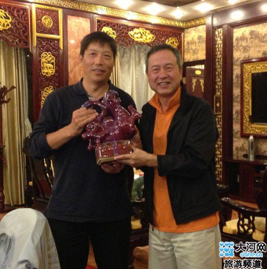郑州/NIKE队队长付和平给豫商队代表颁奖