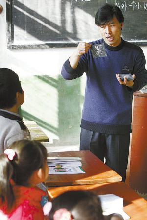 老师教小朋友画画