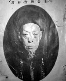 """王炽,一代""""钱王"""",红顶商人。在英国《泰晤士报》评选的19世纪10年代世界首富中排名第四,是中国历史上唯一的""""三代一品红顶商人"""",晚清名臣李鸿章曾称其为""""犹如清廷之国库也""""。"""