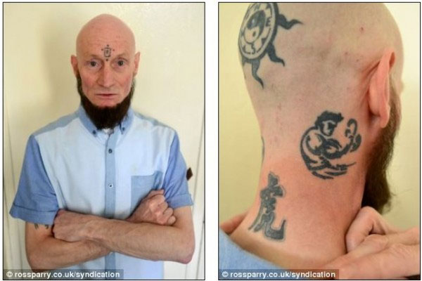 约瑟夫·哈米德的纹身包括前额的佛教图案,后脑门上两个泰国的拳击
