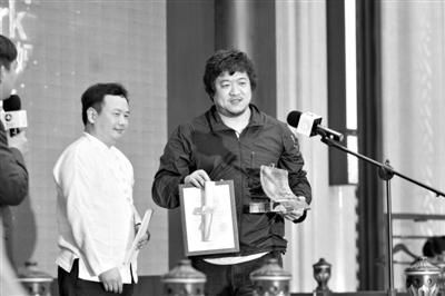 陈明昊(右)获得最佳戏剧奖