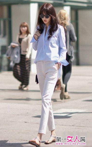 浅蓝色衬衫搭配白色九分裤
