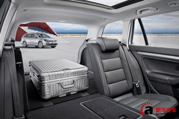 由于高尔夫全系标配座椅4/6翻折,因此在车内空间变化上有很大的优势。将后排座椅全部反倒后,高尔夫旅行车的行李箱容积可达1550L。