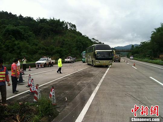 广西梧州山体滑坡致通往广东高速路受阻