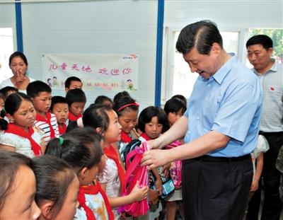 习近平在龙门乡小学观摩音乐课。