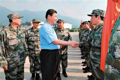 习近平看望慰问解放军指战员、武警部队官兵。