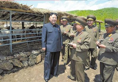 金正恩视察人民军部队,进行现场指导。图/CFP