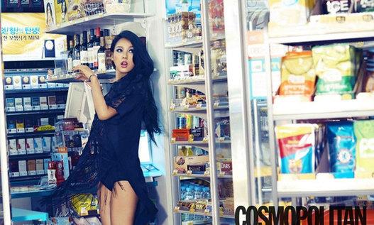 性感女王李孝利携手某时尚杂志拍摄写真,身着露背蓝色大喇叭连衣裙尽摆诱人姿势,完美诠释了性感这一词 。