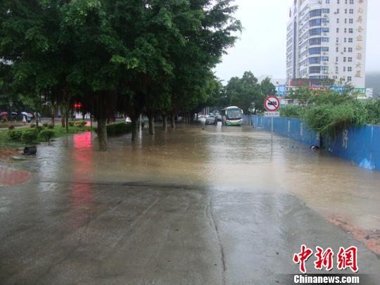 22日早上,珠海濂泉路被暴雨泡成了一个水塘,多辆汽车因水浸而熄火 陈彦儒 摄