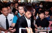 图文:[世乒赛]国乒凯旋抵京 粉丝狂拍张继科