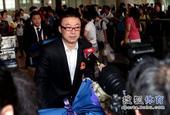 图文:[世乒赛]国乒凯旋抵京 马琳戴着眼镜