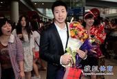 图文:[世乒赛]国乒凯旋抵京 马龙和女粉丝