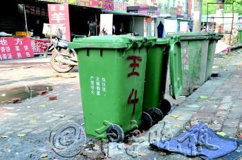 济南/商户被强制购买的垃圾桶,有的商户在上面做了标记。(资料片)