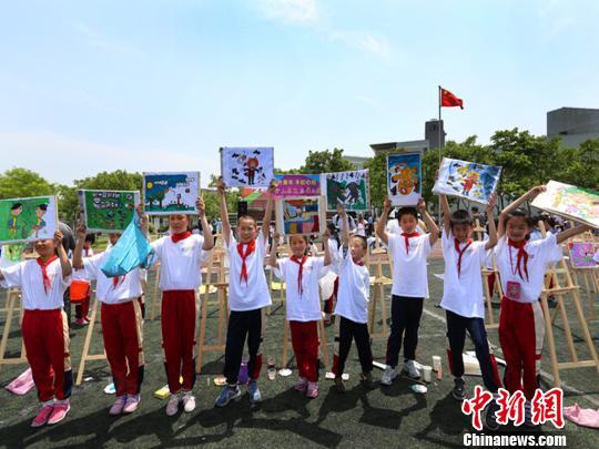 上海 金山/图为千名儿童画金山农民画展示活动现场。
