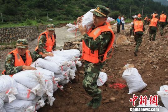 武警官兵抢修坍塌河堤。 王恒想 摄