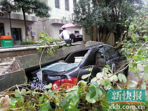 珠海梅华路小区华南名宇附近山体滑坡,巨石压埋多辆汽车。