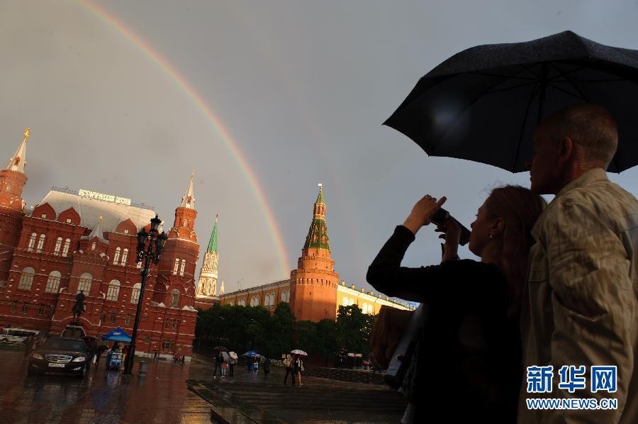 5月22日,一道彩虹跨越莫斯科红场上空。俄罗斯首都莫斯科22日傍晚时分迎来一场暴雨,暴雨过后霞光变幻,一道绚丽的彩虹出现在城市上空。 新华社记者姜克红摄