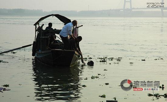 看到学校来人了,王守海和其他打捞者开始向学校的人说钱还没到位之类图片