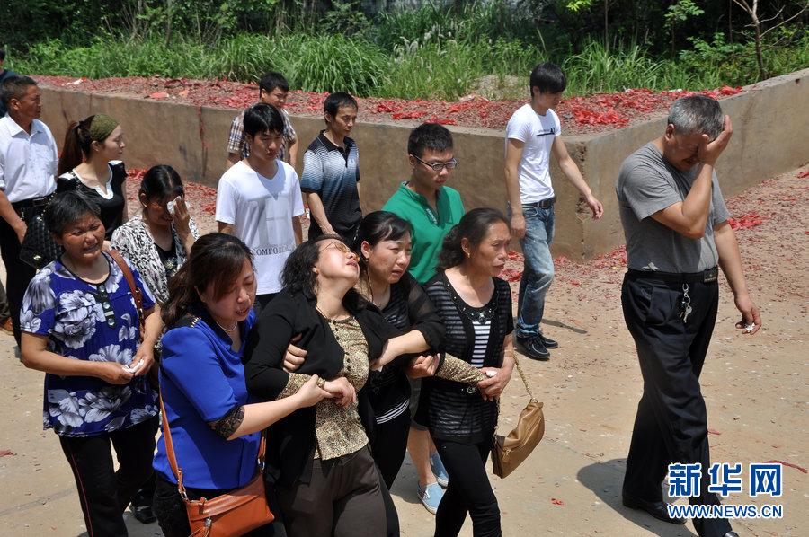 杨丽君 长沙/2013年05月22日,长沙,上午11点,在见完女儿杨丽君遗体后,...