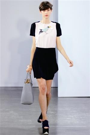 经典   白色衬衣、黑色的曳地长裙,再加上一顶俏皮的黑色小...