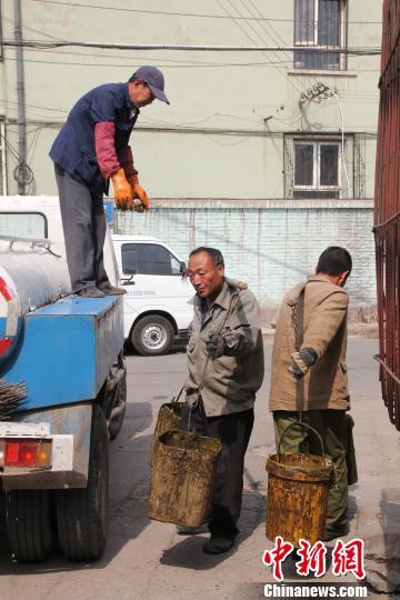 图为乔金云所在的车组正在进行每天的工作,掏粪、倒粪宋锦丰摄