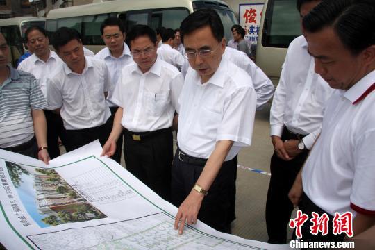 图为:朱小丹省长在广东蕉岭县广福镇与受灾群众亲切交流。 蔡欣欣 摄