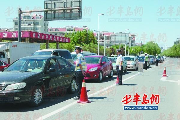 民警在扬州路与福州路路口进行检查