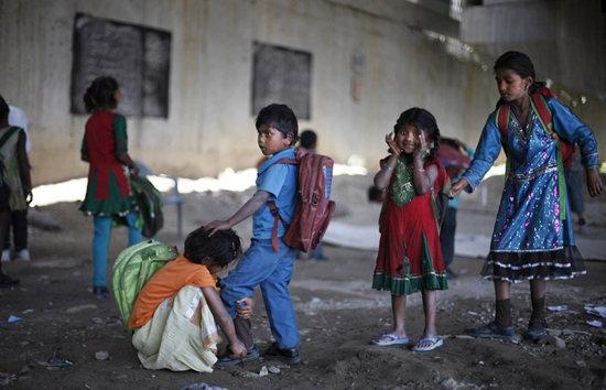 印度高架桥下的贫民学校:教室和厕所在一起(图)