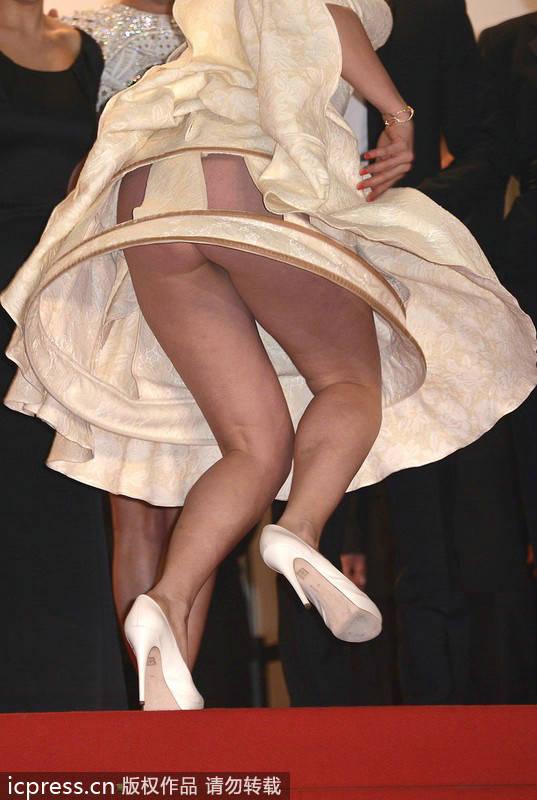 女星着伞裙戛纳走红毯
